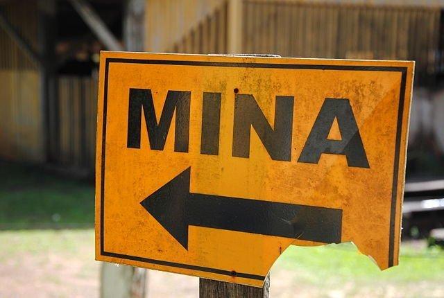 foto de placa indicando mina em mariana minas gerais