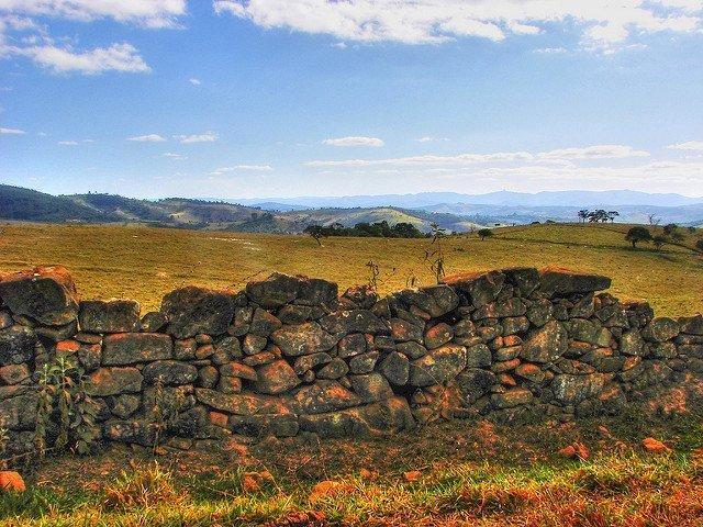 ecoturismo em glaura muralha de pedra